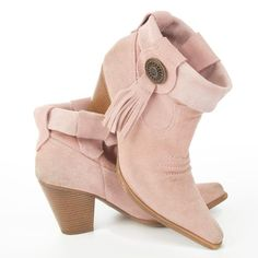 In this post you can see 16 cute DIY boot makeovers which will give you idea how to make your old boots shine and sparkle anew in no time! Gypsy Boots, Cowgirl Boots, Western Boots, Shoe Refashion, Old Boots, Boot Bling, Stylish Boots, Shoe Clips, Cute Boots
