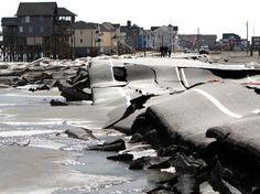 O asfalto da rodovia North Carolina 12 é destruído perto da praia de Mirlo, em Rodanthe, na Carolina do Norte  Foto: AP