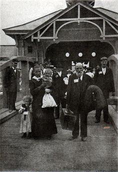 Ellis Island arrivals, NYC, 1900