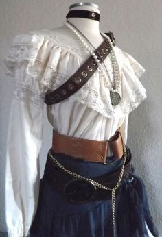 Adult Women's Pirate Halloween Costume - Including Jewelry, A Blouse, Skirt… Pirate Halloween Costumes, Halloween Kostüm, Pirate Costume Women, Renaissance Pirate Costume, Renaissance Fair, Old Fashion Dresses, Fashion Outfits, Gothic Fashion, Pirate Fashion