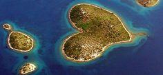 Galešnjak, l'isola del cuore Galesnjak cuore nella natura PjmagazineCon una superficie di 0,132 km2 è una piccola isola del mare Adriatico in territorio croato, tra l'isola di Pasman e la terra ferma. In croato è nota come Otok za Zaljubljene, in italiano, Isola dell'amore, proprio per la caratteristica forma a cuoricino che la rende una bellezza della natura. Il primo a descriverne l'insolita conformazione fu il cartografo di Napoleone Bonaparte.