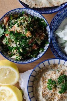 J'adore la nourriture libanaise! C'est frais, c'est fin, c'est délicieux! Et comme j'aime me lancer des défis-fous personnels, j'avais décidé il y a quelques jours de cuisiner des plats libanais à la maison. Oui je dis des plats car un repas libanais...