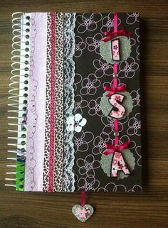 Capa de caderno com técnicas de scrapbook