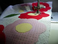 Manualidadestips: Mira que fácil es poner aplicaciones en tela paso a paso muy rápido. Dish Towels, Projects To Try, Patches, Gadgets, Kids Rugs, Sewing, Pets, Crafts, Fru Fru
