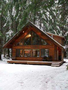 Ein erstaunliches Blockbohlenhaus im Wald. Mehr auf https://www.pineca.de/blockbohlenhauser/