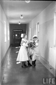 mental hospital nurses 1936 Absolutely fascinating article if you click through to the website printed in a LIFE magazine - History Mental Asylum, Insane Asylum, Pilgrim State Hospital, Psychiatric Hospital, Vintage Nurse, Medical History, Life Magazine, Vintage Photos, Vintage Photographs