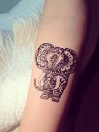 Tattoo élephant sur le poignet