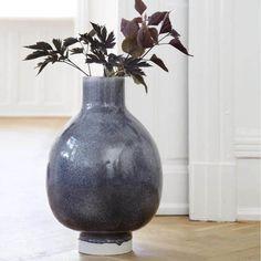 Deze decoratieve Unico vloervaas is een musthave voor de stijlbewuste designliefhebber. Het prachtige blauwgrijze glazuur legt een licht glanzend laagje over het hoogwaardige keramiek. De zachte witte kleur doet denken aan het eerste lentelicht. Deze moderne Scandinavische vaas van Kähler geeft persoonlijkheid aan je huis.  #vloervaas #vaas #handgemaakt #keramiek #aardewerk #uniek #deens #scandinavisch #design #interieur #byjensen