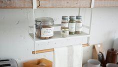 戸棚下に調味料を収納。戸棚下に調味料をスッキリと収納。ハンガーには布巾を掛けることができます。... Bathroom Medicine Cabinet, Wire, Cable