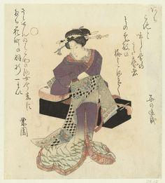 Kurizono | Geisha bindt haar ceintuur om, Kurizono, c. 1825 - c. 1830 | Een geisha bindt haar ceintuur (obi) om en staat voor een Japanse zither (koto) die op een zwart gelakte kist rust. Met twee gedichten.