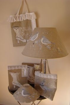Decoration Shabby, Shabby Chic Lamps, Jute Bags, Unique Lamps, Lamp Shades, Diy Hacks, Repurposed, Burlap, Sewing Projects
