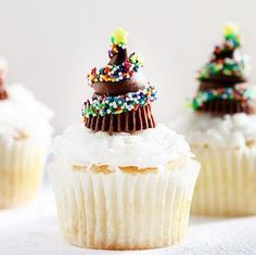 Spread holiday cheer with these festive and delicious Christmas treats including Christmas cookies, fudge, candy, cupcakes, and much more! Christmas Cupcakes Decoration, Christmas Tree Cupcakes, Christmas Desserts, Christmas Treats, Christmas Baking, Christmas Candy, Chocolate Tree, Christmas Chocolate, Deco Cupcake