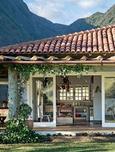 """A esquadria em frente à cozinha divide-se em quatro painéis de vidro (8 mm), desenhando um vão de 3,75 x 2,80 m. A moldura de madeira (12 cm) foi pintada de esmalte acetinado. """"Pude abrir mão de venezianas porque não tenho vizinhos. A paisagem toma conta do interior da casa"""", diz a moradora."""