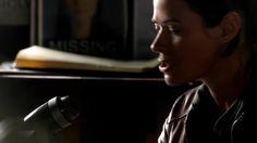 Радиоволна 1 сезон 3 серия 2016 http://www.yourussian.ru/164212/радиоволна-1-сезон-3-серия-2016/   Релиз ColdFilm: В основе сюжета сериала лежит история офицера полиции, которой однажды удалось установить связь с помощью радиоволн в своей машине с родным, давно ушедшим отцом. Он был, как и дочь, полицейским детективом, и погиб в 1996 году. Вместе они практикуют странный тандем, который занимается расследованием нераскрытых дел об убийстве. Однако, такая вневременная помощь и советы от…
