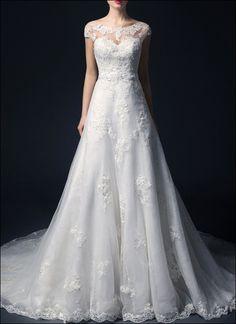 Traumhaftes Brautkleid in A-Linie mit Spitzenbesatz und langer Schleppe, halbtransparentem Ausschnitt und Schnürung im Rückenteil für den perfekten Sitz, eine besondere Spitze umsäumt das Kleid. Romantik pur, Ja ich will!