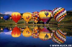 Hot air balloons beside lake Aspen, Colorado USA, Paul Chesley, USA © www.klick.de