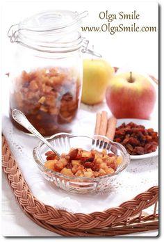Najsmaczniejsze jabłka do szarlotki zawsze przygotowuję z mieszanych gatunków owoców.  Nie zdarzyło mi się, aby jabłka kupowane w słoikach, nawet najdroższych marek, były chociaż w części podobne do przetworów przygotowanych samodzielnie. Może magia domowego smaku wiąże
