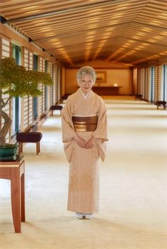 皇居・宮殿内に立つ皇后さま=皇居・宮殿で2014年10月1日午後3時頃(宮内庁提供) ▼20Sep2014毎日新聞|皇后さま、80歳 「争いの芽摘む努力を」 http://mainichi.jp/shimen/news/20141020ddm001040177000c.html #Empress_Michiko