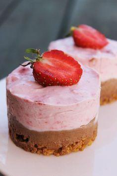 Nutella- och jordgubbsdröm - TO DECARB: Use lowcarb cookie crumbs, lowcarb Nutella and erythritol/stevia mix (truvia or generic) sweetener. Pudding Desserts, No Bake Desserts, Best Dessert Recipes, Cake Recipes, Comida Keto, Kolaci I Torte, Zeina, Food Cakes, No Bake Cake