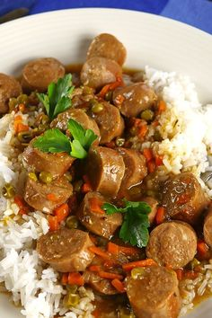 This slow cooker sausage casserole is the perfect way to feed a crowd whilst also keeping costs low. It has a rich gravy sauce that is simply delicious! Sausage Casserole Slow Cooker, Casserole Recipes, Crock Pot Sausage, Sausage Meals, Potato Casserole, Slow Cooker Recipes, Crockpot Recipes, Cooking Recipes, Venison Recipes