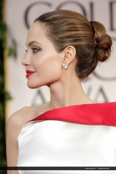 Angelina Jolie in a simple chignon Angelina Jolie Makeup, Brad And Angelina, Angelina Jolie Photos, All Hairstyles, Wedding Hairstyles, Quinceanera Hairstyles, Wedding Updo, Chignons Rock, Red Carpet Updo