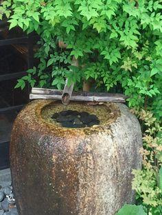 つくばい(蹲踞、蹲)とは日本庭園の添景物の一つで露地(茶庭)に設置される。茶室に入る前に、手を清めるために置かれた背の低い手水鉢に役石をおいて趣を加えたもの。手水で手を洗うとき「つくばう(しゃがむ)」ことからその名がある。元は茶道の習わしで、客人が這いつくばるように身を低くして、手を清めたのが始まりである。茶事を行うための茶室という特別な空間に向かうための結界としても作用する。