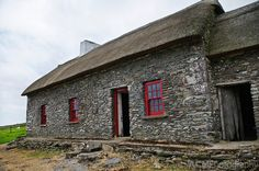 County Kerry - The Famine Cottage is a museum on the Dingle peninsula that was once inhabited by an Irish family that emigrated during the Irish Potato Famine. The Irish Potato Famine, Irish Famine, Architecture Ireland, Irish Potatoes, Stone Cottages, England Ireland, Irish Cottage, House On The Rock