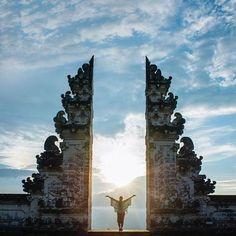 Bom dia Templo Pura Lempuyang em Bali,conhecido como a porta mais próxima do céu pelos nativos da Indonésia. #lempuyangtemple #bali #indonesia foto by @travisburkephotography