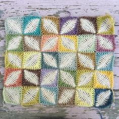 Can't stop playing with this motif! Yes yes I am working on the pattern Yarn: stonewashed and charming #crochet #haken #crochetmotif #crochetaddict #hekel #häkeln #virka #ganchillo #craftastherapy #coloraddict #crochetersofinstagram