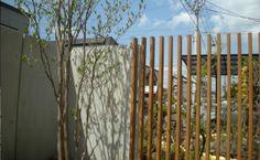 エディア・デザイン・ガーデン 木の質感を保ちながら、年毎の塗装手間が無く、日焼けも極端に少ないフェンス素材です。 一冬越えても反りや破損がありません。
