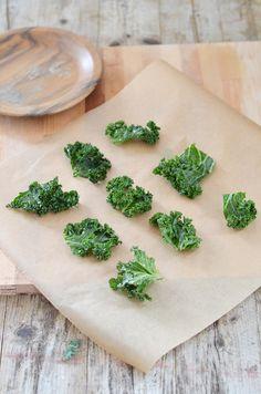 Das Rezept für Grünkohl Chips ist super leicht zu machen und der Snack ist zudem ganz kalorienarm.