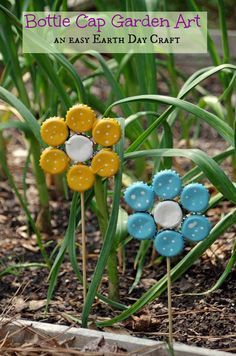 How to Make Bottle Cap Flowers for Frugal DIY Garden Art Easy Earth Day Crafts Bouchon de bouteille Jardin Art Kids Crafts, Recycled Crafts Kids, Spring Crafts For Kids, Decor Crafts, Recycled Yard Art, Kids Garden Crafts, Recycle Crafts, Garden Kids, Yard Art Crafts