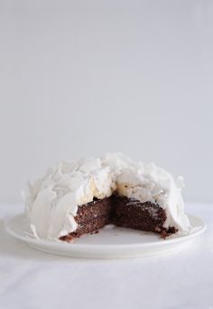 This raw chocolate cake with chocolate and banana filling and coconut whipped cream frosting has gained great success among raw cake lovers. It is a must try also if you normally prefer more traditional cakes. This will win your heart, no matter what. Raw Vegan Desserts, Vegan Cake, Raw Food Recipes, Just Desserts, Dessert Recipes, Raw Chocolate Cake, Coconut Chocolate, Raw Cake, Coconut Cream