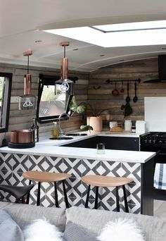 A surprise stay aboard a stylish London houseboat Houseboat Rentals, Houseboat Living, Houseboat Decor, Houseboat Ideas, Tiny House Movement, Rustic Design, Location, Decoration, Ramen