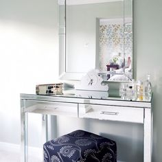 Small bedroom not top not wish list for many Mirrored Bedroom Furniture, if any, people. Most people dream of large bedrooms with space Mirrored Vanity Table, Mirrored Bedroom Furniture, Furniture Decor, Bedroom Decor, Vanity Tables, Bedroom Vanities, Glass Vanity, Furniture Online, Furniture Layout
