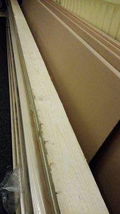 Kodinhoitohuoneemme tukkeutui päivä sitten ihan totaalisesti. Huoneen toisessa reunassa on tällä hetkellä noin 40 cm leveä käytävä, jota pitkin on taiteiltava, jotta pääsee talon toisesta siivestä toiseen. Kodinhoitohuoneemme valtasi kasa ohutta lautaa, jonka olisi määrä päätyä osaksi keittiön seinää ja sen verran pitkää puutavara oli, että kodinhoitohuone oli ainoa paikka, johon sen saimme helposti sijoitettua … Jatka lukemista Ahdasta eloa →