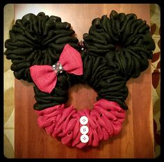Black and Red Minnie Mouse burlap wreath with white buttons. - Black and Red Minnie Mouse burlap wreath with white buttons. Mickey Mouse Wreath, Disney Wreath, Minnie Mouse Theme, Burlap Projects, Burlap Crafts, Wreath Crafts, Wreath Ideas, Burlap Flower Wreaths, Deco Mesh Wreaths