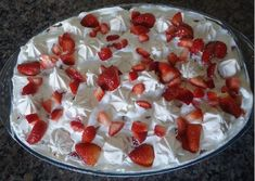 O Merengue de Morango Vapt-Vupt é uma sobremesa prática, econômica e muito saborosa. Você pode montá-la em refratários de vidro ou taças. Ficará muito char