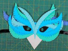 Maschera di carta a forma di uccello - Cartoncino colorato e un nastro per tenerla sul viso saranno gli unici ingredienti che vi serviranno per creare questa maschera.