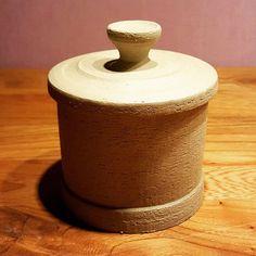 Rechte pot met overhangende deksel. #ceremics #keramiek #klei #pottery