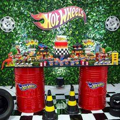 Hot Wheels - adoramos essa mesa feita de tonéis. Por @algodaodoce_festasfoz - A festa do pequeno Vitor foi um show de cores, alegre assim…