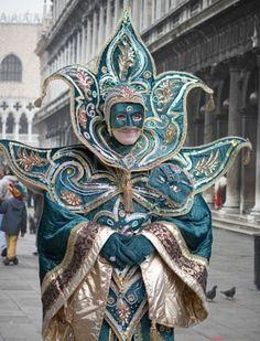 Foto de archivo - Máscara y creativos disfraces en el Carnaval de ...
