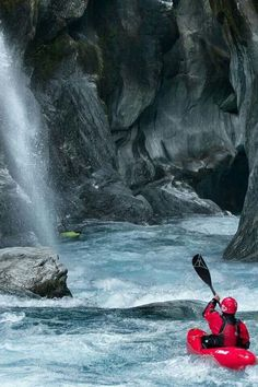 5 River Rafting Tips - How to Keep Your Whitewater Rafting Trip Safe Camping En Kayak, Canoe And Kayak, Kayak Fishing, Canoe Trip, Fishing Boats, Kayaks, Canoa Kayak, Whitewater Kayaking, Canoeing