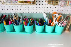 Organizing my craft room - A girl and a glue gun Sewing Room Design, Craft Room Design, Sewing Spaces, Sewing Rooms, Sewing Studio, Craft Desk, Craft Room Storage, Craft Organization, Organizing Life