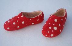Wool Shoes, Felt Shoes, Baby Shoes, Felted Wool Slippers, Felt Purse, Wool Art, How To Make Shoes, Handmade Felt, Felt Crafts