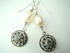 a348ac9aa14e Artículos similares a Pendientes de perlas con colgante de cristal Swarovski  y plata en Etsy