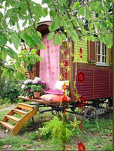 Een pipo-wagen in de tuin.