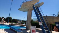 LAGNIEU (01 - Ain, France) - Piscine municipale - Fosse à plongeon et plongeoirs (Photo prise le 17/07/2016 par Daniel C., Officiel national de plongeon à la Fédération Française de Natation).