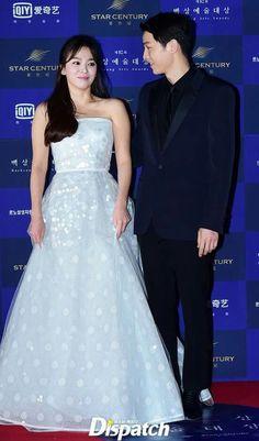 Can't Take His Eyes From Her  Song Joong Ki & Song Hye Kyo at 52nd BaekSang Awards