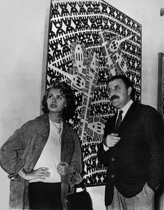 Carlo #Cardazzo con Sofia #Loren davanti a un'opera di Giuseppe #Capogrossi, Galleria del Naviglio, Milano, anni '50. Archivio Galleria del Cavallino, Venezia